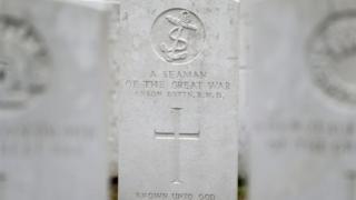 Могила невідомого моряка на цвинтарі Іпра
