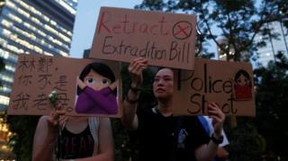 مئات الألآف من سكان مدينة هونغ كونغ يتظاهرون ضد خطة الحكومة تمرير مشروع القانون