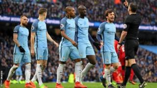 Les joueurs de Manchester City accourent devant l'arbitre pour protester contre le pénalty accordé à Liverpool le 19 mars dernier