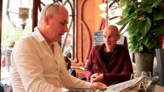 Serge Jovanovic (trái) và Georges Cano ăn trưa tại quán Le Bistrot du Peintre đã 15 năm nay.