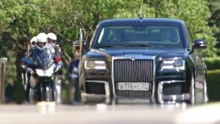 Владимир Путин проехал по Кремлю на инаугурацию в лимузине российского производства.
