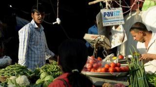 一家在孟买的菜贩子挂有接受顾客用Paytm付款的牌子