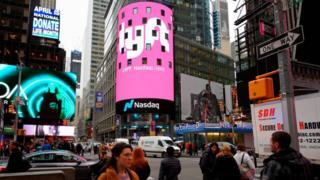 El 29 de marzo, en las oficinas de Nasdaq en la emblemática Times Square de Nueva York se vio desplegado el logotipo de Lyft.