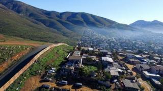 حصار حائل موجود در بخشی از مرز آمریکا با مکزیک