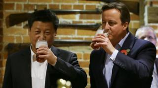 梅伦和习近平在酒吧共同品尝了英国传统美食炸鱼和薯条,一人喝了一大杯(一品脱)黑啤酒。