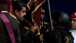 Nicolás Maduro momentos antes de que se escucharan las detonaciones