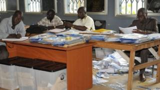 Election officials examine votes 14/10/2015
