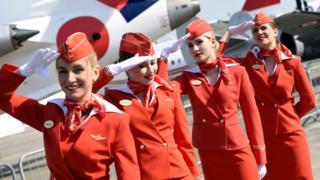 Gabdhaha u shaqeeya shirkadda diyaaraddaha ee Aeroflot oo Paris lagu sawiray