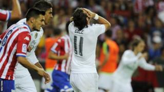 Dechreuodd Gareth Bale mewn safle mwy ymosodol i Real Madrid yn erbyn Sporting Gijon nos Sul