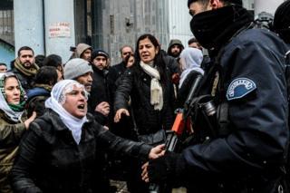 Economist'e göre Türkiye'de yaşanan hak ihlalleri nedeniyle Cumhurbaşkanı Erdoğan diğer ülkelere insan hakları ve demokrasi verecek konumda bulunmuyor