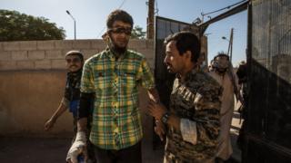 مقاتل مشتبه به من تنظيم الدولة الإسلامية يقاد للاستجواب من قبل عناصر قوات سوريا الديمقراطية في الرقة في أكتوبر / تشرين الأول 2017