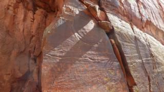Rocas incrustadas en una grieta