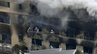 Пожежні гасять вогонь у будівлі