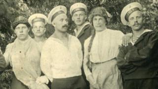 Rus denizciler 1916'da kadın kıyafeti giyen genç erkeklerle birlikte