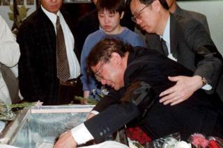 Otac Žu Jing plače nad njenim kovčegom u Beogradu