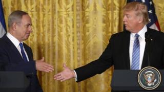 ترامب يمد يده لمصافحة نتنياهو