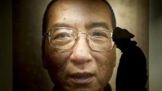 Une photo exposé du Prix Nobel de la Paix Liu Xiaobo en 2010 à Oslo