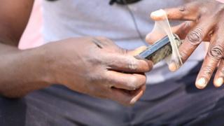 لماذا يستخدم الصيادون في كينيا الواقي الذكري؟