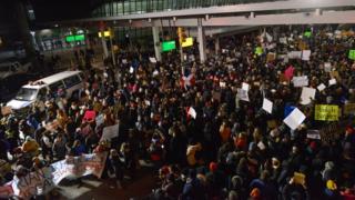 特定7カ国からの移民・難民入国を制限するトランプ米大統領の命令には各地で大規模な抗議が起きている。写真は28日、ニューヨーク・ケネディ空港。