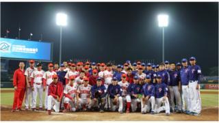 10月19日在台灣舉辦的棒球亞錦賽,中國難得參賽,兩岸雙方在賽後合影。