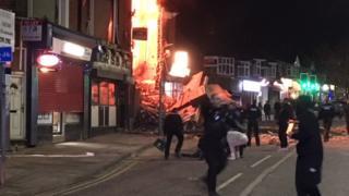 レスター消防署は、建物が平たく押しつぶされる「パンケーキ崩壊」が起きたと述べた