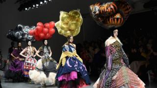 來自英國約克郡的設計師Matty Bovan的視覺盛宴,這位英國女裝設計師還曾為超模喬治亞·梅·賈格爾(Georgia May Jagger)設計過編織小禮服。