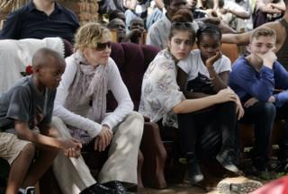 مادونا مع أطفالها في زيارة إلى مالاوي. من اليسار: ديفيد باندا، لوردز، ميرسي جيمس، وروكو