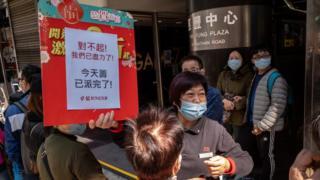 香港政府处理新型冠状病毒的手法备受批评,其中市面口罩供不应求更令市民怨声载道。
