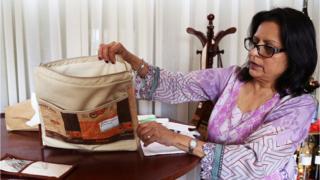 Sarita Vaid ofis üçün hazırlanmış lövhəni göstərir