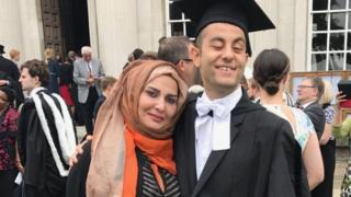 Allan con su madre en el día de su graduación.