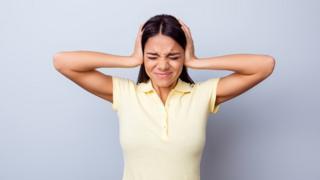 Mulher tapando os ouvidos
