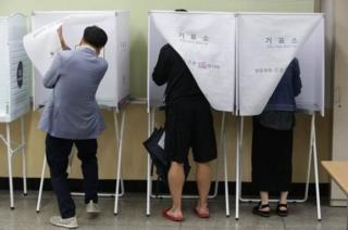 ชาวเกาหลีใต้เริ่มออกไปลงคะแนนเสียงเลือกตั้งประธานาธิบดีคนใหม่ โดยมีผู้สมัครทั้งสิ้น 13 ราย