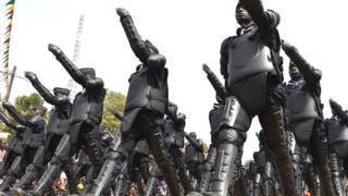 Des policiers défilent lors de la fête de l'indépendance du Burkina Faso