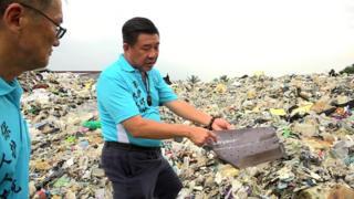 Jenjarom está sufocada por 17 mil toneladas de resíduos plásticos.