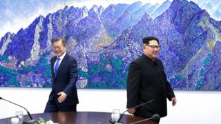 Kim Jong-un (R) and Moon Jae-in