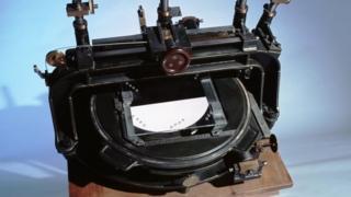 Eddington'ın yıldızların pozisyonlarındaki değişimi ölçen komporatör aleti