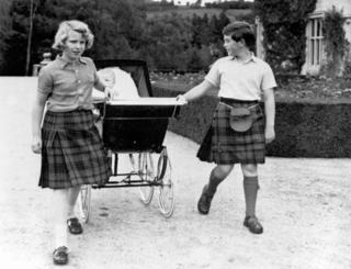 O príncipe Charles e a princesa Anne ganharam um irmão, o príncipe Andrew, em 1960