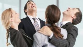 ऑफ़िस में गले लगाने का प्रचलन बढ़ रहा है