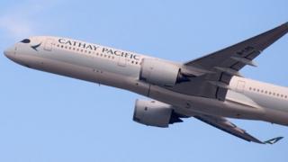 El error de la aerolínea Cathay Pacific que vendió boletos de primera clase a un precio 10 veces menor: BBC World