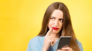 chica pensativa usando celular