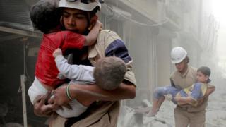 أطفال سوريون وسط الدمار