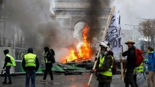 Qaar badan oo ka mid ah dibadbaxayaal isugu soo baxay Champs-Élysées ayaa dalbanayay inuu Mr Macron iscasilo
