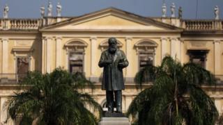 Estátua de Dom Pedro 2º em frente ao Museu Nacional