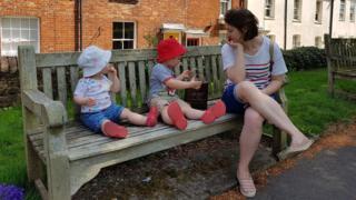 Ellie Finch Hulme com os dois filhos