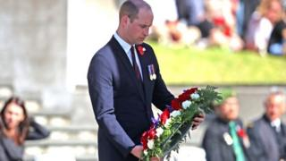 The Duke of Cambridge laying a wreath at the ANZAC Day Civic Service at the Auckland War Memorial Museum