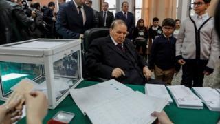 الرئيس الجزائري، عبد العزيز بوتفليقة، أثناء إدلائه بصوته في الانتخابات المحلية نوفمبر/ تشرين الثاني 2017