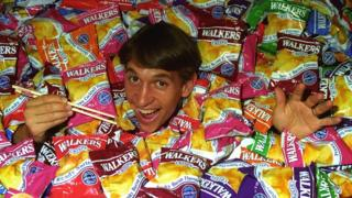 Gary Lineker surrounded by Walkers crisp packets in 1994