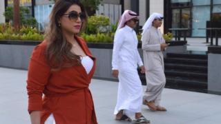 شابة سعودية تتجول في شوارع الرياش بدون عباءة