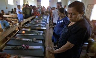 Rufina Amaya en 2001, durante un funeral de victimas de la masacre de El Mozote en el departamento de Morazan, El Salvador, unos 200 km al noreste de la capital.