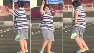 """مراهق يرقص """"ماكارينا"""" أمام السيارات في شارع التحلية في جدة بالسعودية"""